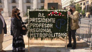 151021-09 COLEGIO DE PROFESORES EMTREGAN OFRENDA FLORAL A LOS PIES DE MONUMENTO P.A.C 02